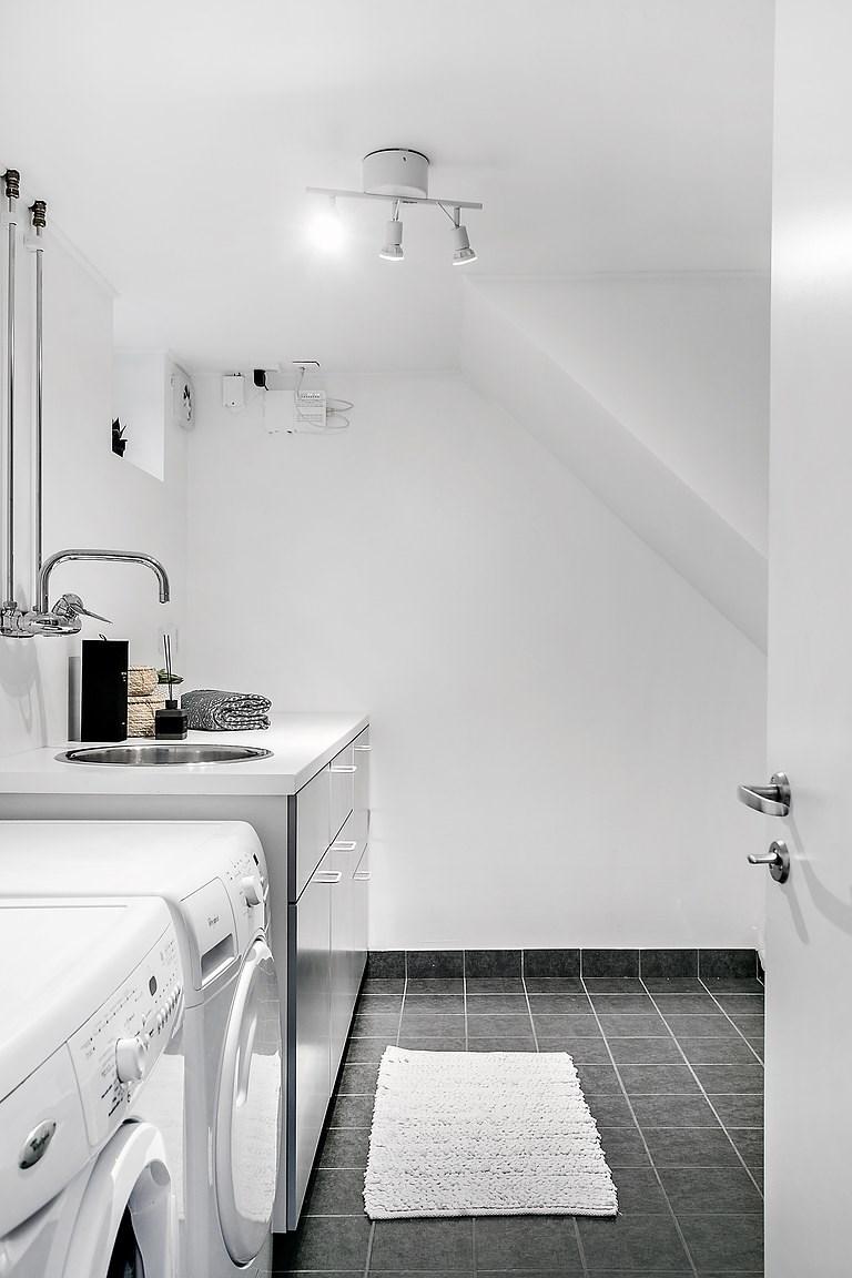 Tvättstugan ligger i anslutning till badrummet