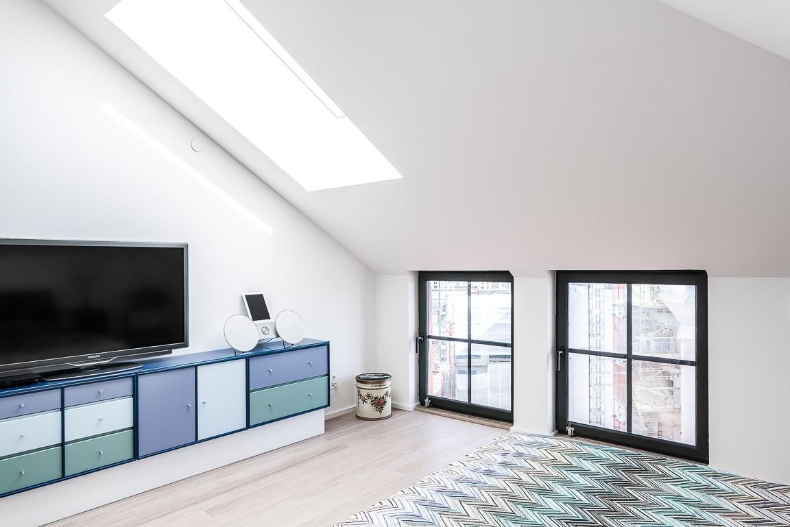 Master bedroom har takfönster