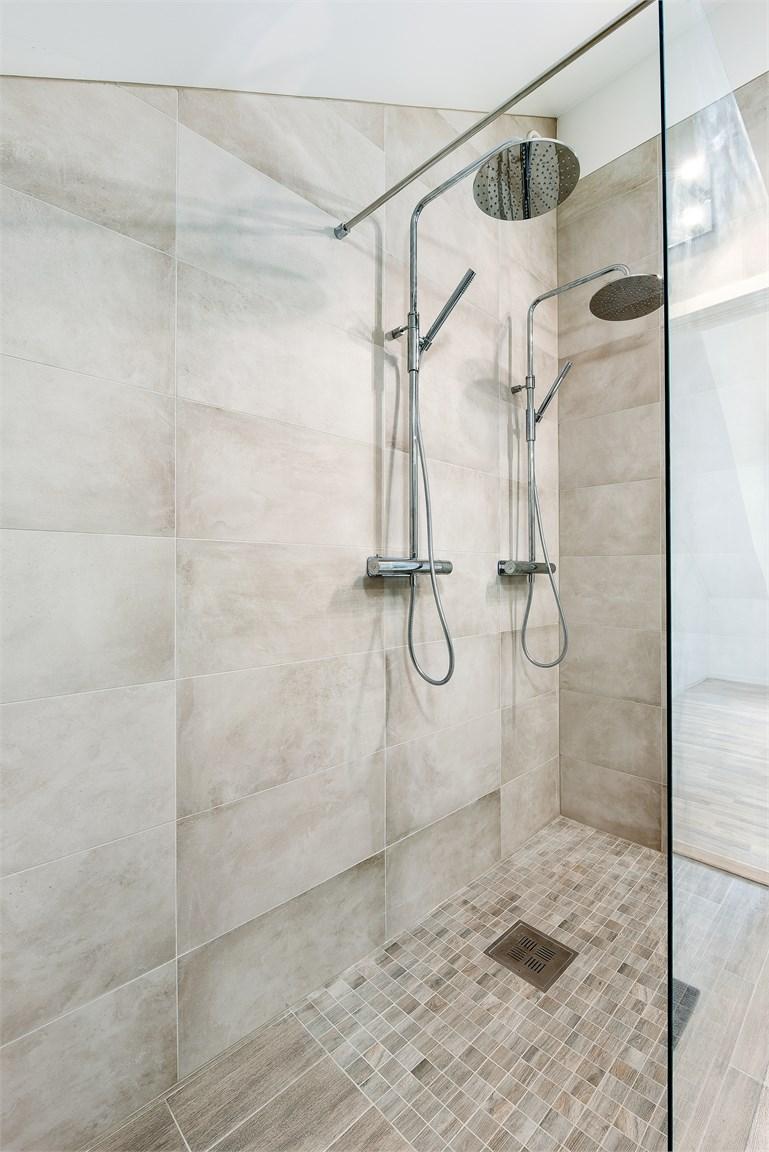 Dusch med dubbla blandare
