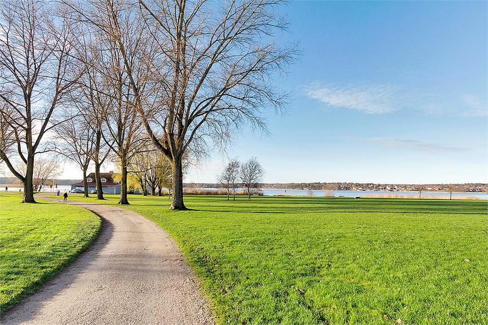 Fina promenadstråk längst vattnet in till stan!