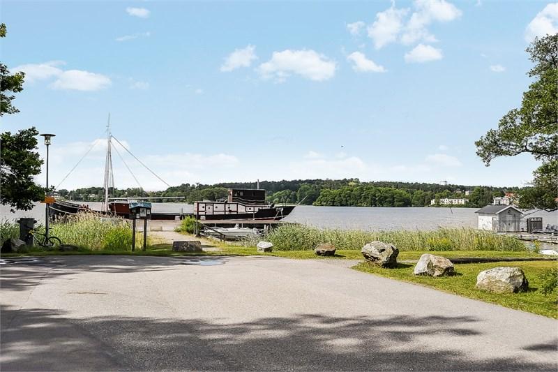 Sundby brygga med båtplats 300 m, badplats intill