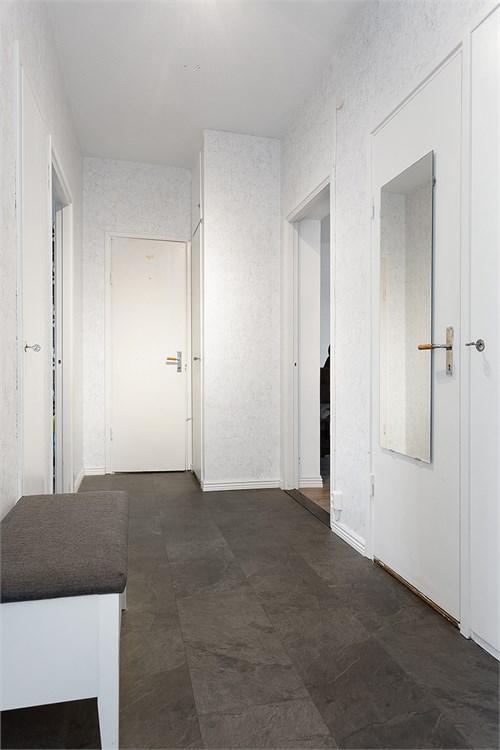 Välkommen in! Hall med bra förvaringsmöjligheter.