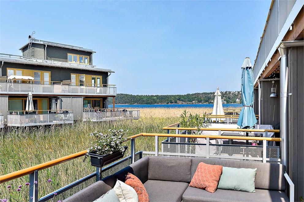 Stor terrass med havsvy och eftermiddag/kvällssol