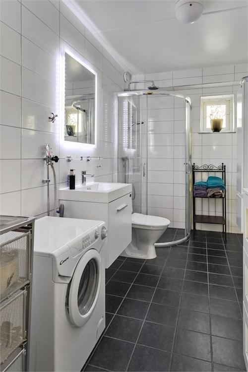 Praktiskt och fräscht badrum