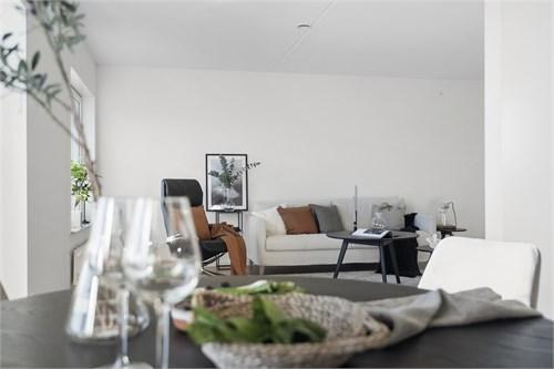 Öppen planlösning mellan kök och vardagsrum