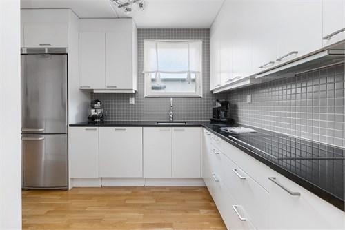 Stort kök med bra arbetsytor och granitskiva