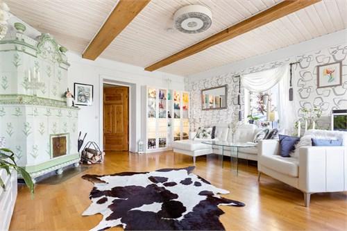 Vardagsrum med fungerande kakelugn