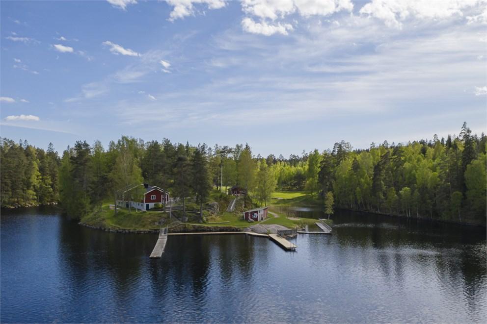 Vy över Hedgärdessjöns badplats