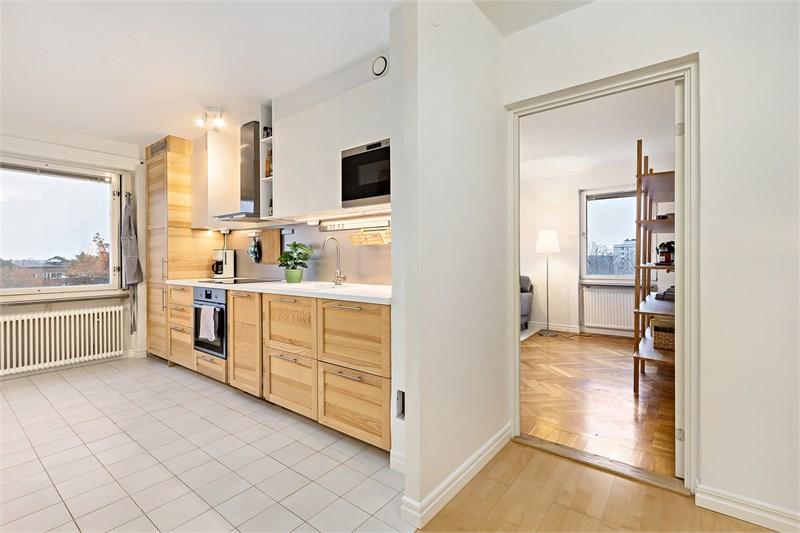 Öppen planlösning mellan kök och inre hall